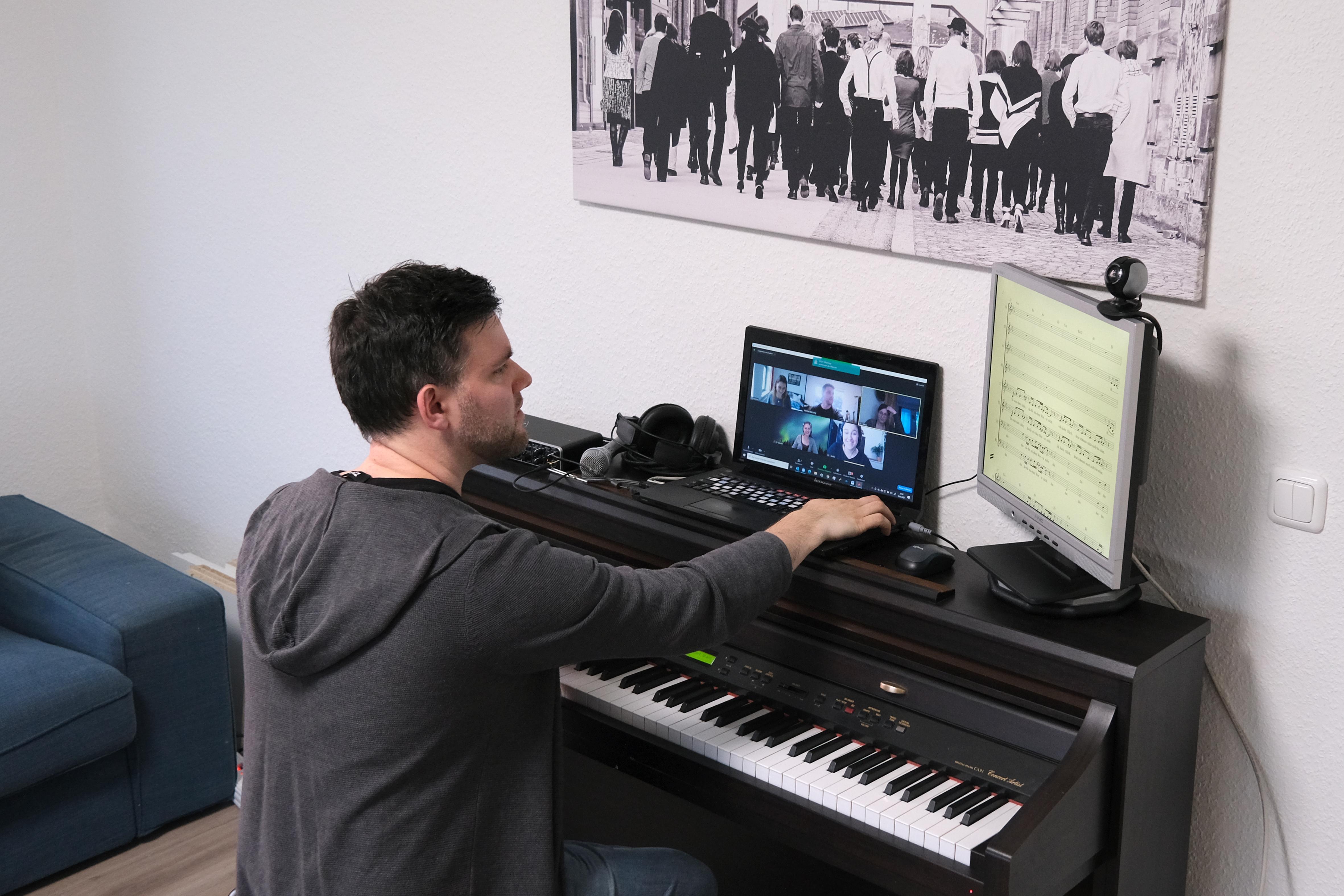 Der Chorleiter des Jazzchors, Michael Blessing sitzt